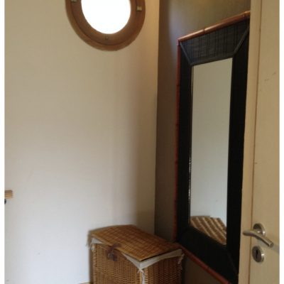 Devant le dressing, un grand miroir