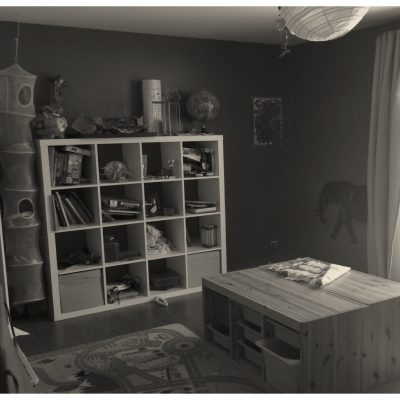 Une grande chambre, mais des rangements saturés.