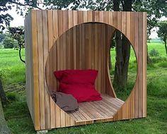 Une cabane invite à se prélasser dans le jardin...