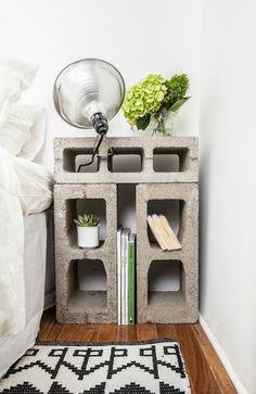 On innove avec un esprit chantier, en composant simplement ce petit chevet à l'aide de trois parpaings. Pleins de niches pour vos petits objets.