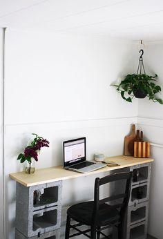 On reste dans l'esprit bureau, avec une création composée de deux parpaing et d'une planche.