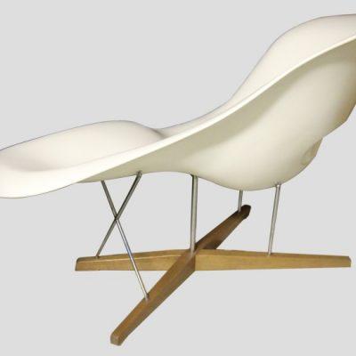 La Chaise, dessinée en 48 pour un concours, reste un prototype jusqu'en 1991. Otriginal exposé au MoMA.