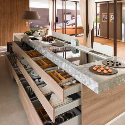 Que de rangements dans cette cuisine! Des tiroirs bien pensés, ouverture totale.