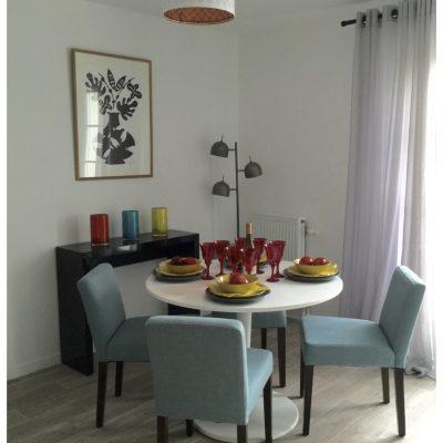 Une jolie table de salle à manger pour recevoir.