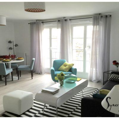 Un vaste séjour, qui accueille un salon, un espace salle à manger, sur cuisine ouverte.