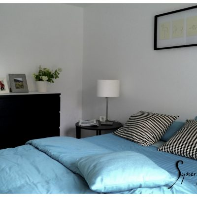 Une chambre parentale minimaliste, mais cosy.