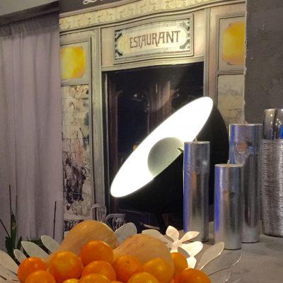 Un projecteur met en valeur un trompe l'oeil de chez Scénolia (Le petit Zinc)
