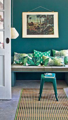 On s'inspire de cet espace pour se créer un coin banquette dépaysant. Couleur bleu canard, vert tropical, jonc de mer, tous les codes sont respectés.