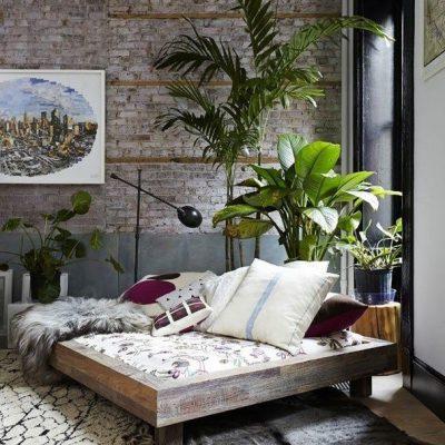 Un lit au milieu de votre salon, pour paresser élégamment. Entourez vous de belles plantes, et laissez les murs dans leur jus: Elégance simple, et chaleureuse.