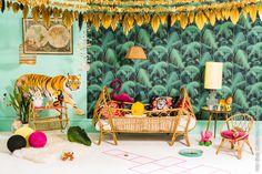 Et les enfants, dans tout ça? Ils voyagent avec nous, of course! Papier peint impression tropicale, et touche lumineuse de jaune moutarde.