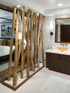 Comment créer une séparation futée entre deux espaces  de vie? Utilisez ce que la nature vous offre! Les branches dressées et plantées dans de beaux galets blanchis sont très décoratives, et filtre la vue entre la salle de bain et la chambre par exemple.