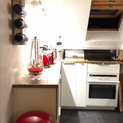 Non visibles: placards hauts au dessus du plan de travail,  au dessus de la porte et du frigo.