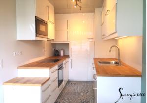 La cuisine parait plus spacieuse, et pourtant il y a plus de meubles!