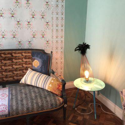 Jeanne Julien et ses petits sièges, le papier peint coquin d'Erostick, et un luminaire plumavera