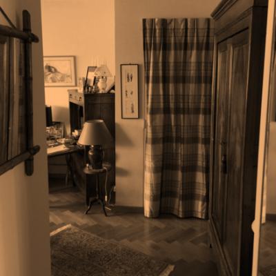 La porte d'entrée, gênée dans son ouverture par la grande armoire normande.