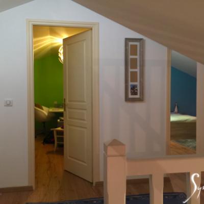 Des couleurs vives, suggérées aux clients, différencient les chambres.