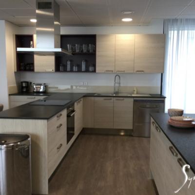 L'espace cuisine, salle à manger, et petit coin salon