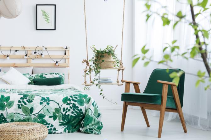 chambre parental, plante verte_ fauteuil vert_ balançoire dan chambre_ blanc et vert_ lumière naturelle