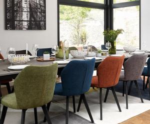salle à manger table gautier, chaises tissu, fenêtre angle tableau mural