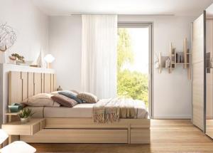 Chambre vue fenêtre tête de lit étagère