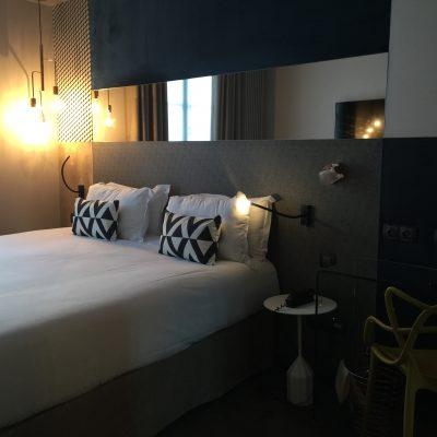 les chambres, tout confort, têtes de lit capitonnées de style, miroir intégré