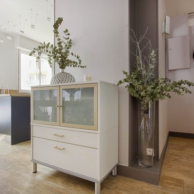 facades cuisine gris foncé, plan de travail bois, crédence intox, niches décoratives, angle gris, angle ouvert, meuble relooke