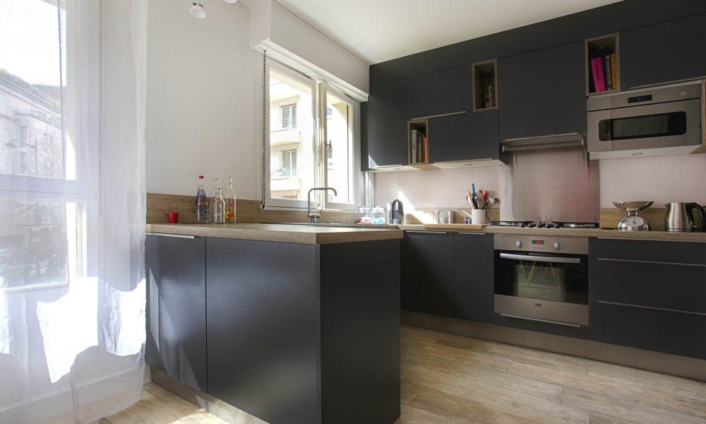 facades cuisine gris foncé, plan de travail bois, crédence intox, niches décoratives, évier, fen^petre, sol carrelage effet parquet