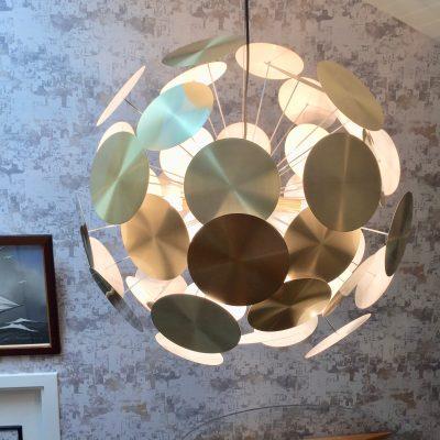 Suspension magnifique illumine une entrée, Décoration par Synergie déco