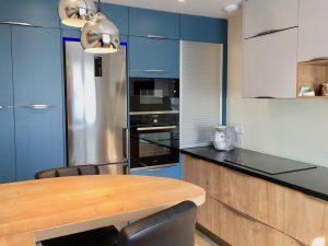 cuisine portes bleu gris clair, granit noir, sol carrelage bois, électroménager intox évier cuve sous plan