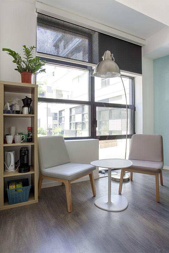 Chaise détente, coin bureau, salle réunion, mur bleu
