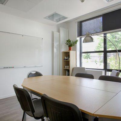 l'ancien bureau devient une petite salle de réunion, avec son joli papier peint, coin détente.