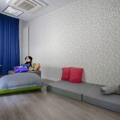 La salle de repos, que les enfants utilisent pour la sieste ou la détente, ne devait pas être trop stimulant. j'ai donc proposé une déclinaison de bleu, et un canapé  complètement modulable, qui tantôt est une chauffeuse, tantôt un lit deux place, tantôt deux lits.. le tout dans un tissu résistant et lavable très facilement. Une petite lampe  en forme de globe luminescent (non présente ici), aide à l'endormissent en rassurant.