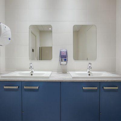les sanitaires n'avaient jamais été aménagés, sinon par de vilains lavabos colonne, j'ai donc travaillé avec un partenaire professionnels pour proposer des plans optimaux  sur ces aménagements. Choix de coloris, et choix de plan de travail.