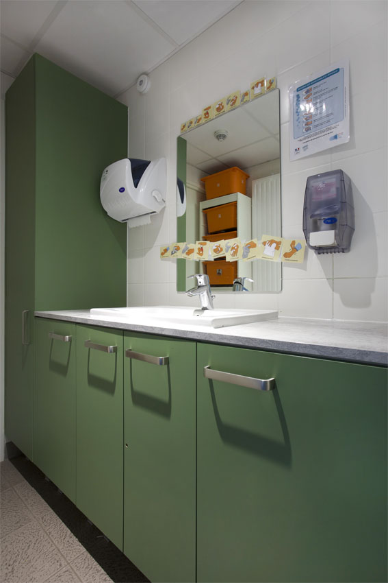 espace toilette; salle d'eau, meuble sous vasque, lavabo encastré , meuble vert , meuble bleu