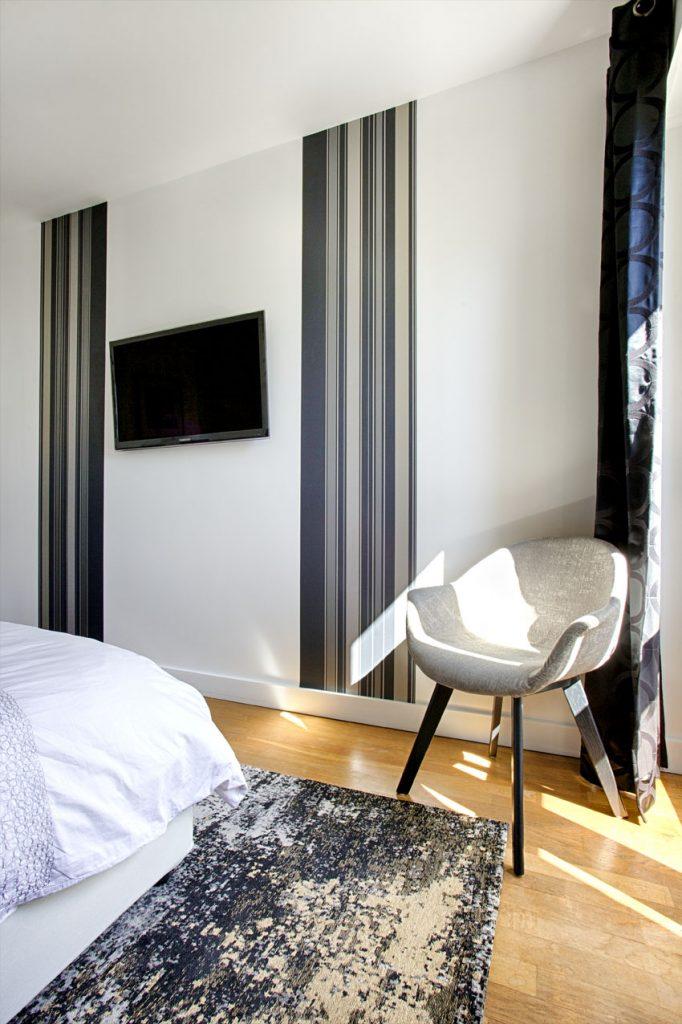 chambre, componibili, pipistrello, tv murale, lé papier peint, fauteuil tissu, tapis dévoré, tapis noir, rideau noir,