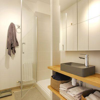 L'ancien cabinet de toilette se transforme en salle de douche avec un petit lave main pour gagner de l'espace. le tout pour une vraie suite parentale.