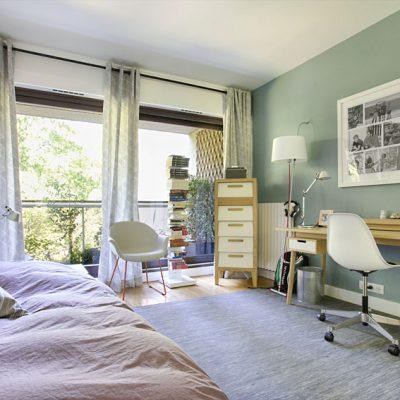 La chambre ado n'est pas en reste: le lit empilable permet d'accueillir un ami, le fauteuil confectionné sur mesure  s'accorde parfaitement avec le style.  Rideaux ikea, mobilier style années cinquante