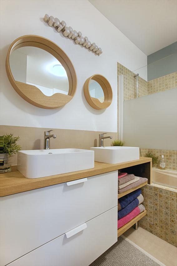 meuble double vasque, vasque a poser blanche, miroir rond salle de bain, baignoire encastrée, pare douche