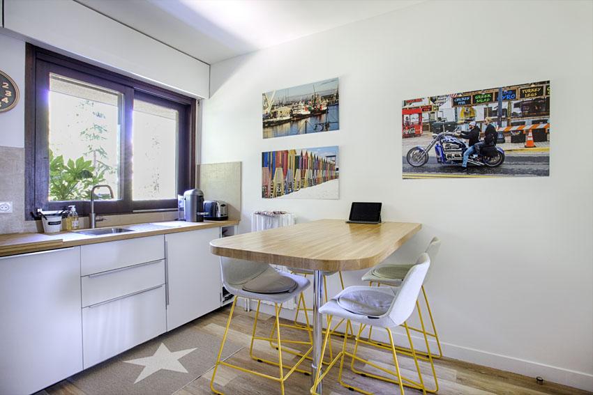 Luminaire soucoupe, sol vinyle, plan de travail chêne, meuble cuisine blancs, photos murales hotte, four,