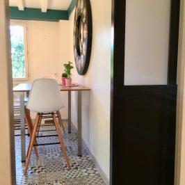 horloge XXL murale, industriel, cuisine bleu canard, table , chaise scandinave, décoration intérieur 78, Décoration cuisine , porte atelier, verrière, vitrage opaque, chaise de bar scandinave