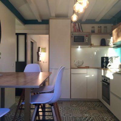 Une cuisine baignée de lumière naturelle, qui parait agrandie après les travaux