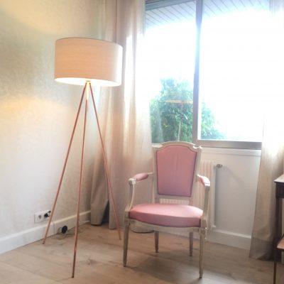 Le fauteuil tapissé de rose agrémente le futur coin  bureau de la maison