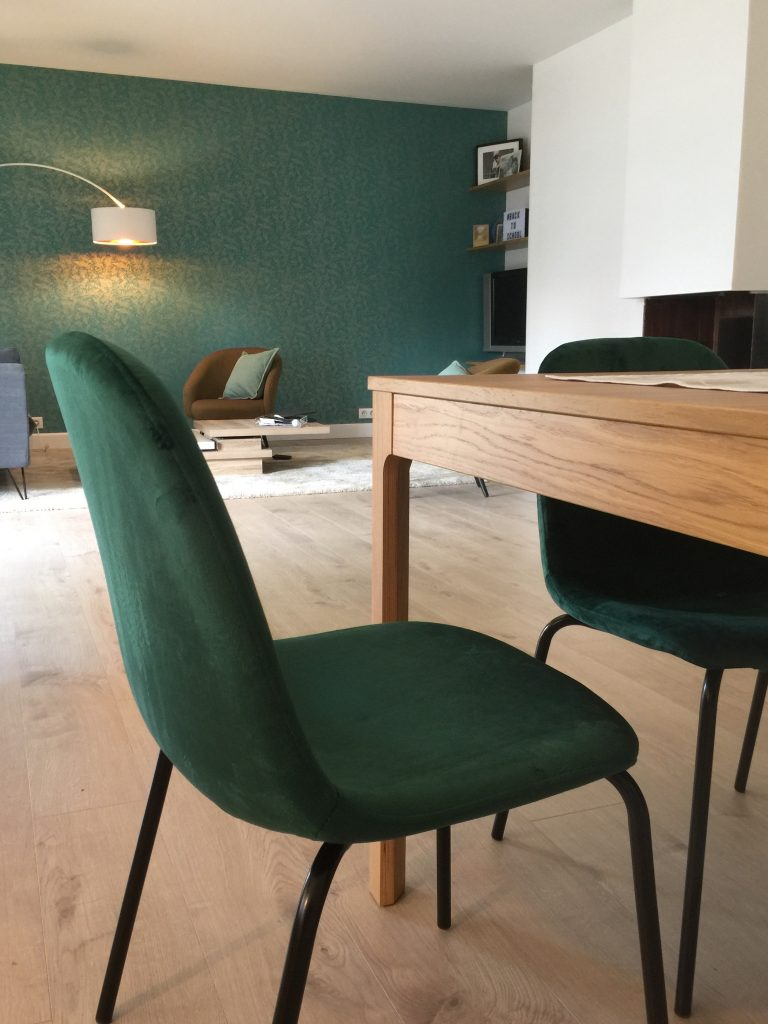 émeraude, mur papier peint, chaise pied noirs, velours , table chêne, parquet clair