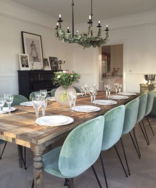 chaise Beetle, velours, table bois, classique, parquet