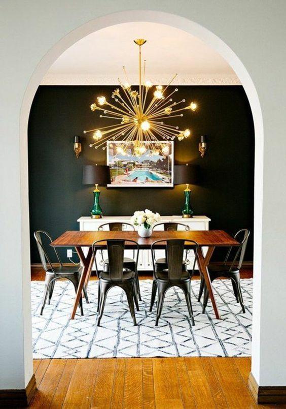 suspension étoile, mur noir salle à manger, chaise métal, table rétro