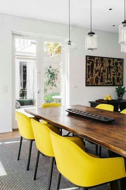 chaise jaunes, fauteuil table jaune, table bois  foncé, murs blancs,