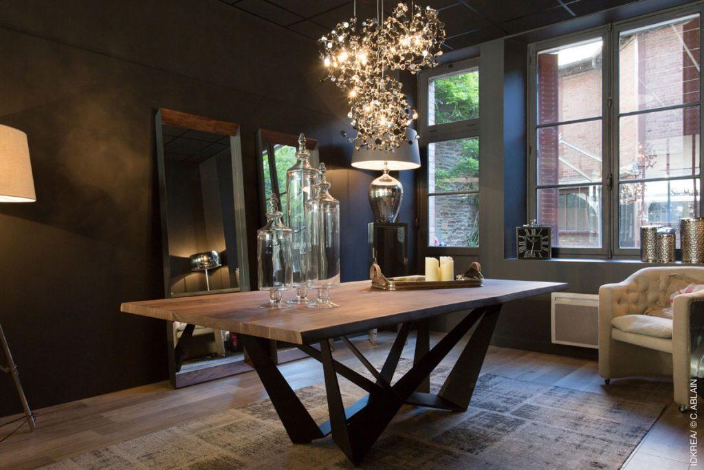 table bois mur sombre