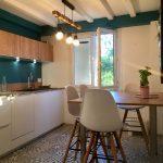 murs bleu canard, horloge industrielle, meuble cuisine blanc, carreaux de ciment contemporains