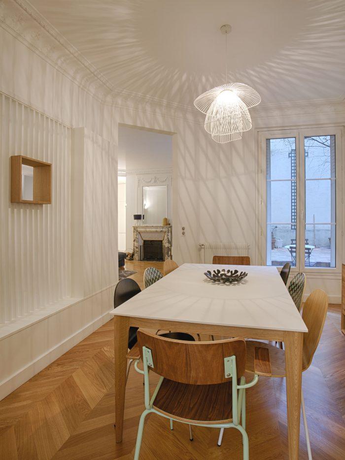 parquet point de hongrie, murs blancs, style scandinave, verrière blanche salon, canapé angle, architecture intérieure, appartement rez de chaussée, Synergie Deco, claustra sur mesure, plans d'agencement, décoratrice UFDI