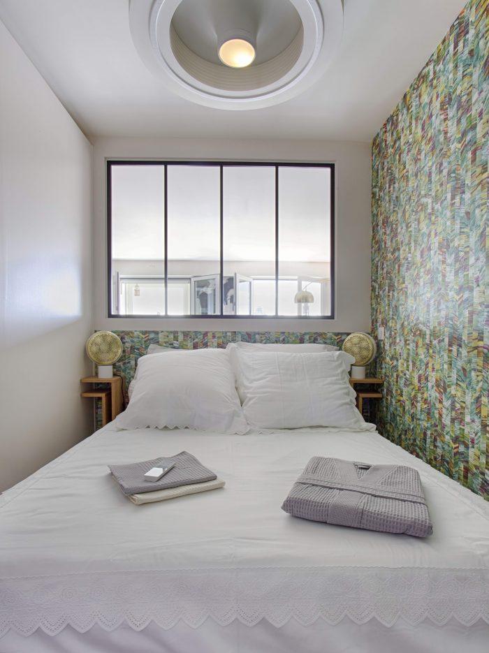 verrière chambre, papier peint Casamance lit blanc , ventilateur plafond